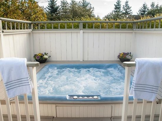 Garden Isle Guest Cottages: Private whirlpool hot tub available to Beachcomber and Seabreeze Cottages