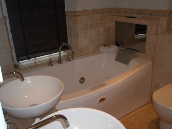Langtry Manor Hotel:                   Double jacuzzi