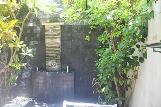 Scallywags Resort:                   the outdoor bathroom, really cool