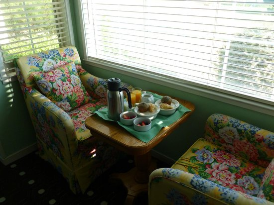 Inn at Oyster Point: Breakfast on the room