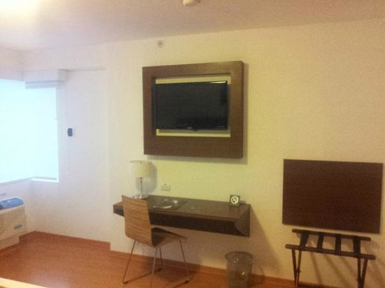 Casa Andina Select Miraflores: The bedroom - TV and working area
