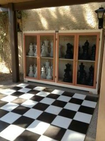 BEST WESTERN Plus Papago Inn &amp; Resort: The giant chess set in the courtyard