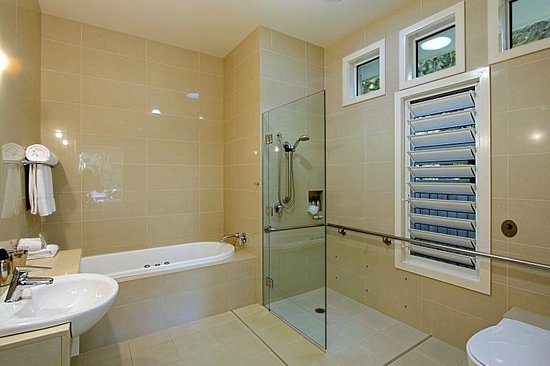 Byron Bathers: Modern ensuites with spa bath & separate shower , floor to ceiling tiles
