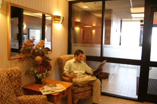 Hampton Inn Cape Girardeau: Lobby and Soft Seating