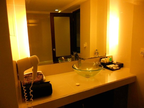 Casa Padma Hotel &amp; Suites:                   Bathroom Room 204