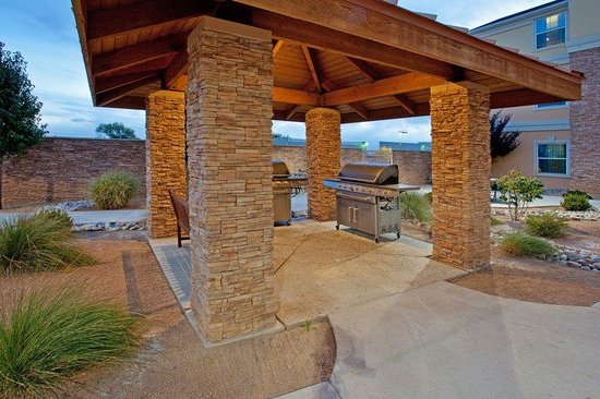 Staybridge Suites Albuquerque North: Relax outside or BBQ at our Guest Patio