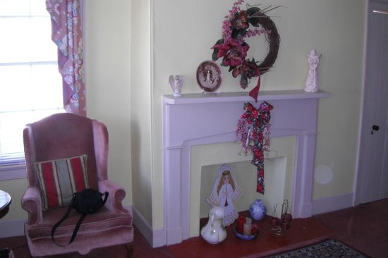 Harmony House Inn:                   Lovely decorations in the suite we stayed in.