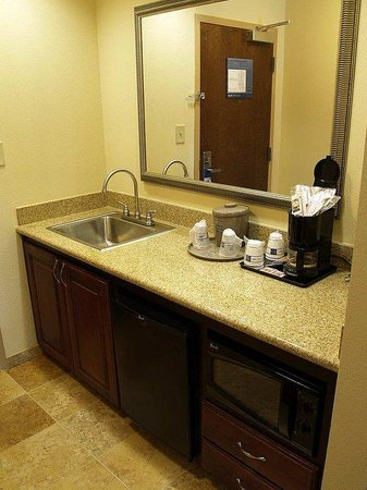 Hampton Inn & Suites - Opelika: Wetbar/Kitchen Area