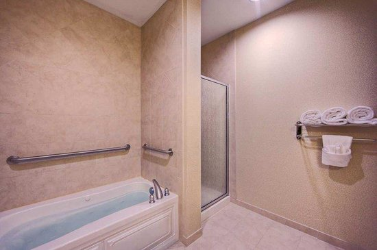 Hilton Garden Inn Abilene: King Spa Bathroom