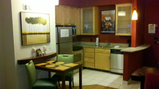 Residence Inn Florence: Well furnished modern kitchen.