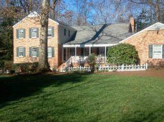 Colonial Gardens Bed & Breakfast:                                     Picture from the front