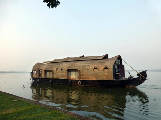 Punnamada Resort:                   One hour cruise on Backwater