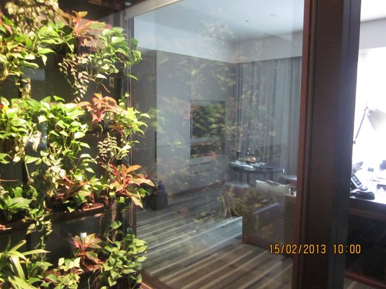 Hansar Bangkok: View of living room from conservatory at entrance of room