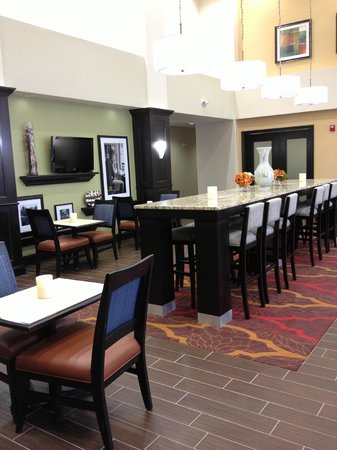 Hampton Inn & Suites: Sharp looking breakfast area