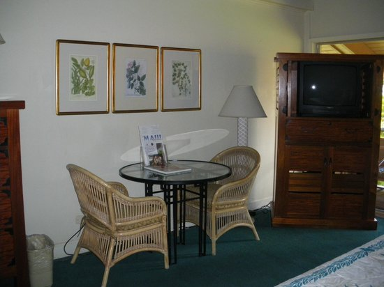 Kaanapali Ocean Inn: Sitting room in our large room (1606)
