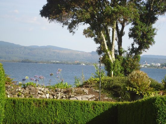 Black Swan Lakeside Boutique Hotel:                   The view across Lake Rotorua from our room.