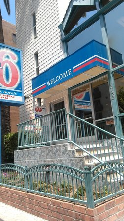 Motel 6 Los Angeles - Hollywood :                   the  front