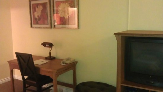 Hacienda Hotel Lax Airport: desk area