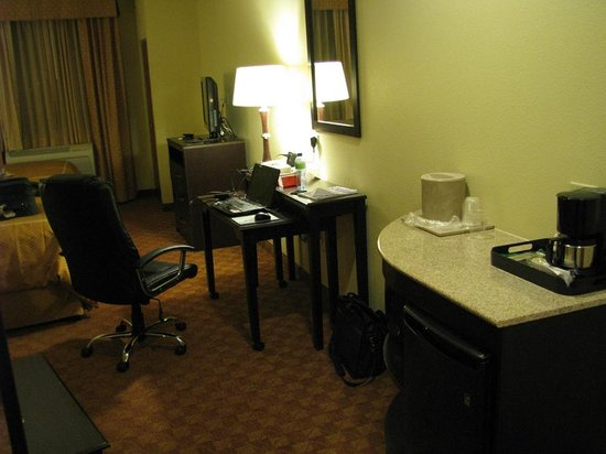 Comfort Suites Eugene:                   Love the desk/table combination.