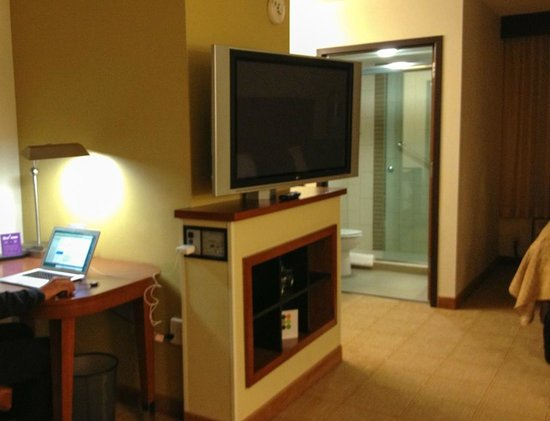 Hyatt Place Denver Airport: nice desk area in a very spacious room