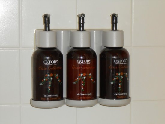 Oxford Suites Portland - Jantzen Beach:                   liqued shower gel and shampoo
