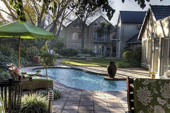 Leaves Signature Guest House: Swimming pool view