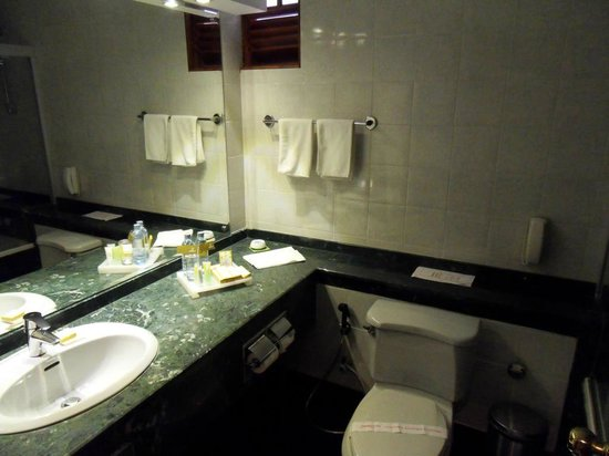 Mahaweli Reach Hotel:                   Bathroom
