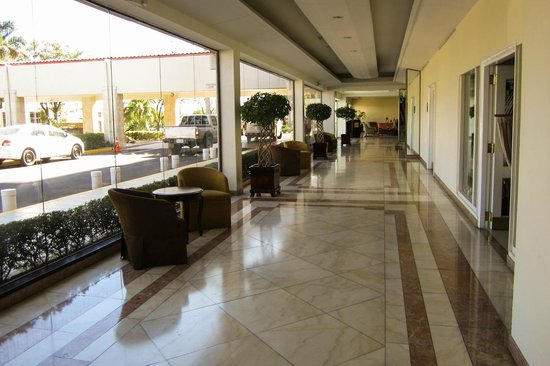 Crowne Plaza Hotel Managua: Walkway to restaurant and pool.