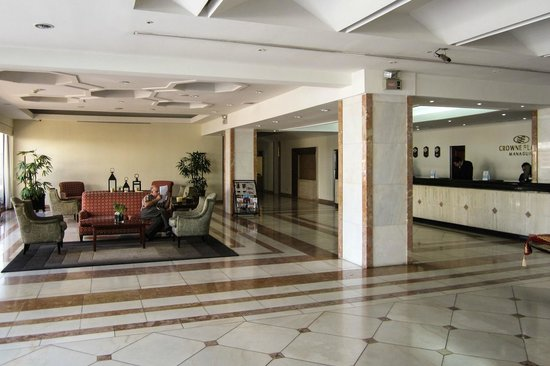 Crowne Plaza Hotel Managua: Lobby and front desk.