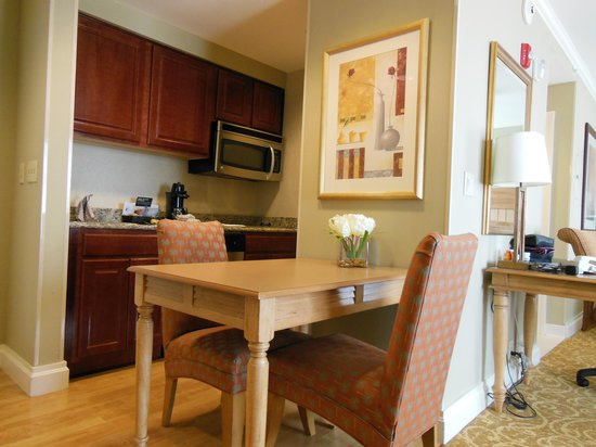 Homewood Suites by Hilton Palm Beach Gardens:                   Nice kitchenette with table & chairs