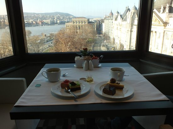 Sofitel Budapest Chain Bridge: il the delle 5 al Lounge
