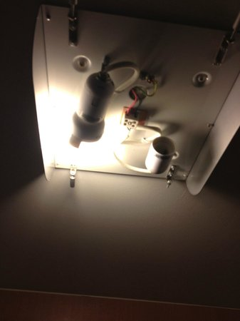 Sutton, Australien:                                     another broken fitting with exposed wires