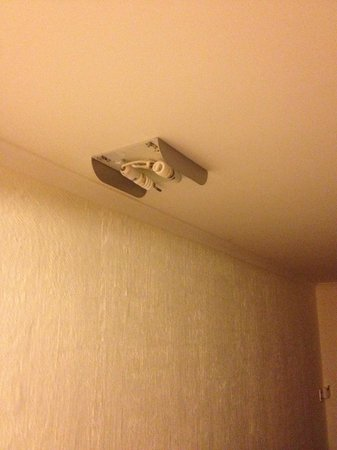 Rydges Eagle Hawk Resort:                                     Broken light fitting