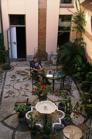 Abadia Hotel Granada :                   The cute courtyard