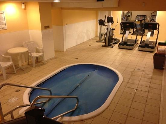 coast fraser inn hot tub and work out room in the basement