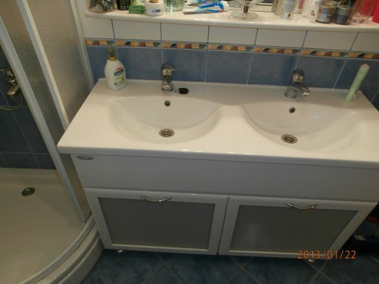 Ciovo Island, Hrvatistan: Bathroom-two bedroom apartment