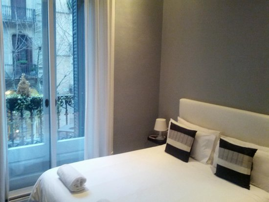 Hostal Boutique Khronos:                   Bed + balcony