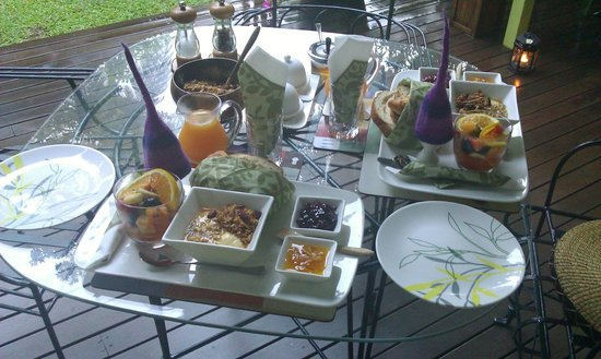 Edge Hill, ออสเตรเลีย:                   Breakfast on the garden patio