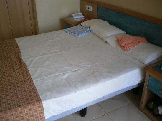 Sol Tenerife: queen size bed for 2 occupancies