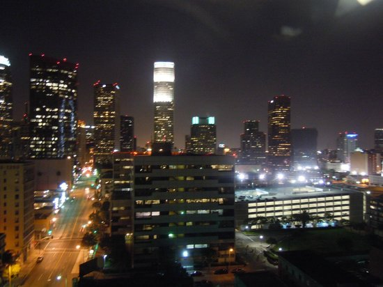 The Historic Mayfair Hotel:                   Panorama notturno di Los Angeles dalla stanza dell'hotel