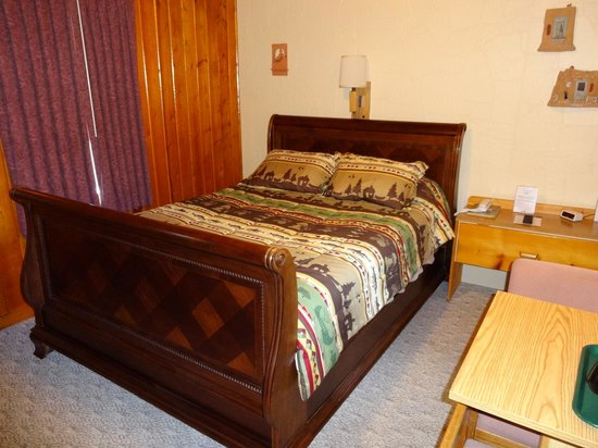 Poncha Lodge: Room with Queen size bed