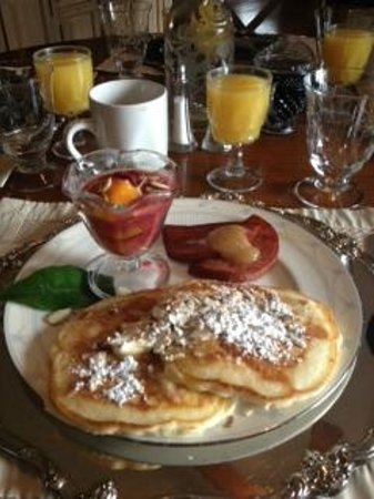 ‪‪Cinnamon Bear Creekside Inn‬:                   Breakfast Morning 2 (BEST pancakes and syrup!!)