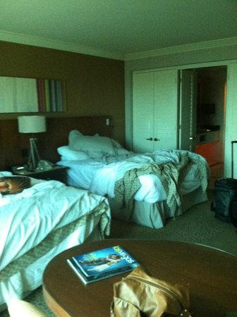 Mandalay Bay Resort &amp; Casino: Beds (Messy, lol)