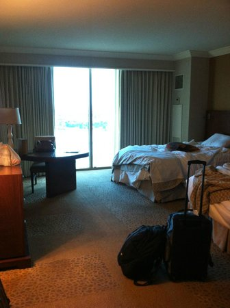 Mandalay Bay Resort &amp; Casino: Room from entryway