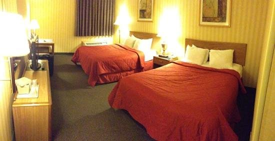 Comfort Inn Cleveland Airport:                   Panorama of a room with two queen beds