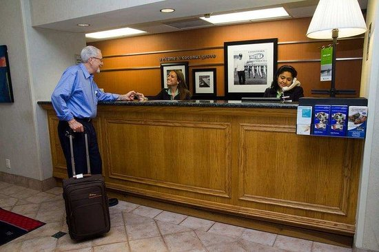 Hampton Inn Miami-Coconut Grove/Coral Gables: Reception Desk