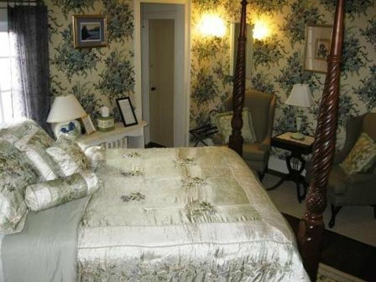 Northfield, : Sturbridge Room, standard queen