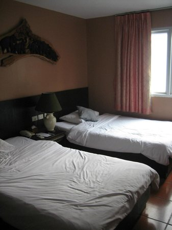 Baan Sukhumvit Inn Soi 20:                   Good sized, quiet, comfortable room with lots of light.