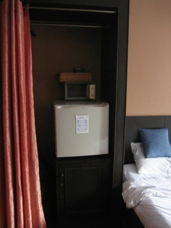Baan Sukhumvit Inn Soi 20:                   There was a small fridge and a small safe in the closet area.