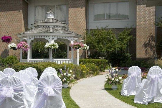 Hilton Garden Inn St. Charles: Gazebo Wedding Set Up